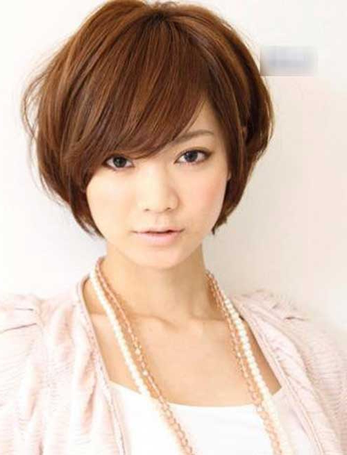101 Sexiest Short Haircuts For Women With Round Faces With Short Voluminous Feathered Hairstyles (View 21 of 25)
