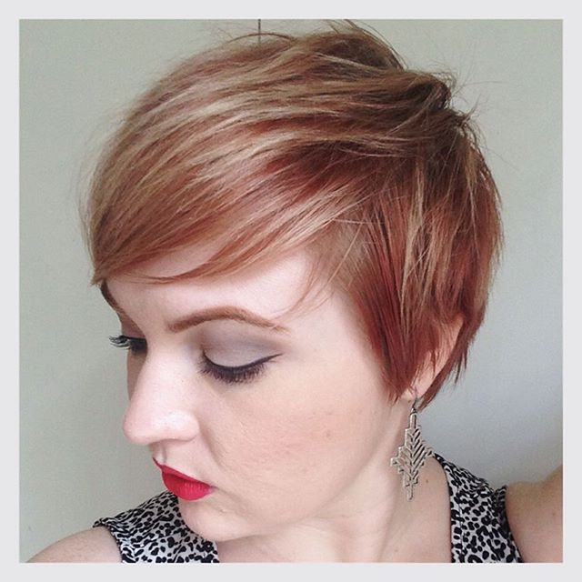 21 Lovely Pixie Haircuts Perfect For Round Faces: Short Hair Styles For Pixie Bob Hairstyles With Soft Blonde Highlights (View 12 of 25)