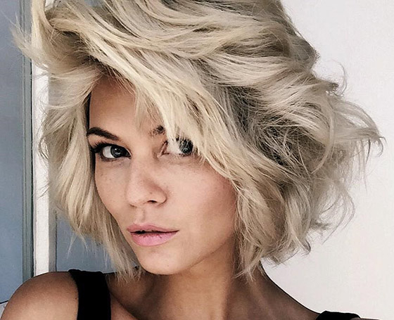 50 Layered Hairstyles With Bangs With Short Voluminous Feathered Hairstyles (View 13 of 25)