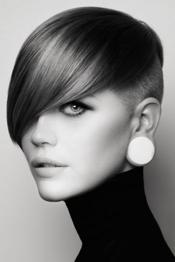 Short, Cropped Hairstyle With Side Swept Long Bangs And Shaved Side Pertaining To Cropped Gray Pixie Hairstyles With Swoopy Bangs (View 12 of 25)