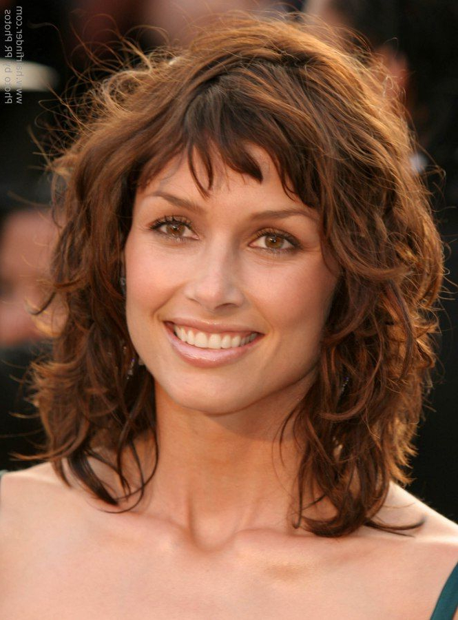 Featured Photo of Medium Layered Wavy Haircuts