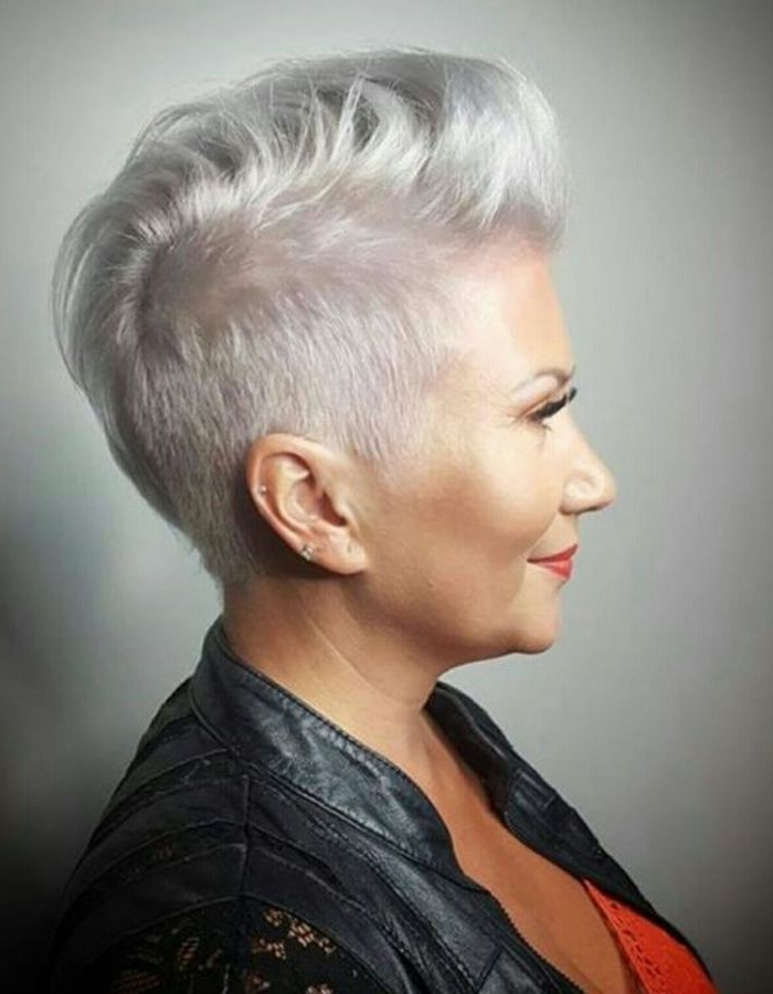 Wil Jij Een Echte Trendy Look Ga Voor Een Kort Kapsel Met Grijze With Holograph Hawk Hairstyles (View 15 of 25)