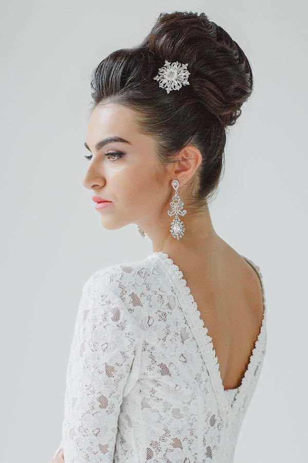 30 Top Knot Bun Wedding Hairstyles That Will Inspire(With Tutorial In Modern Updo Hairstyles For Wedding (View 19 of 25)