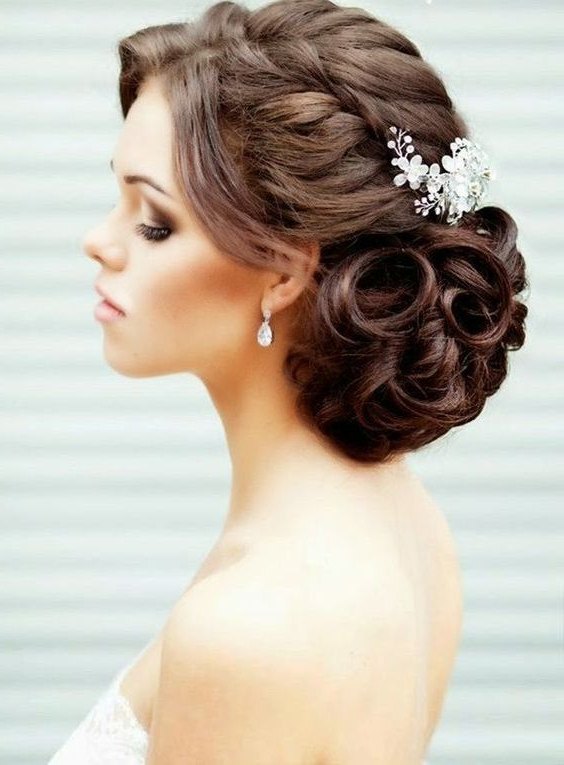 34 Beautiful Wedding Hairstyles With Curls – Weddingomania In Curled Side Updo Hairstyles With Hair Jewelry (View 4 of 25)