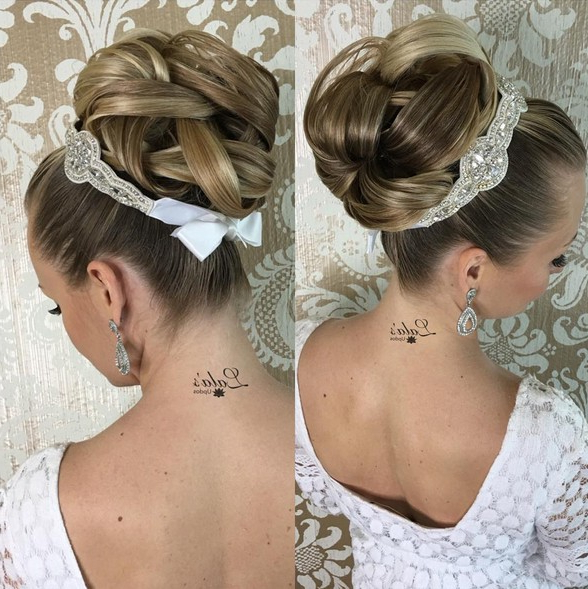35 Romantic Wedding Updos For Medium Hair – Wedding Hairstyles 2019 Pertaining To Bridal Mid Bun Hairstyles With A Bouffant (View 17 of 25)