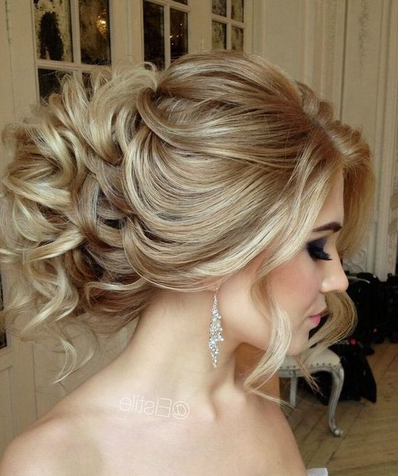 35 Romantic Wedding Updos For Medium Hair – Wedding Hairstyles 2019 Within Curly Bun Bridal Updos For Shorter Hair (View 10 of 25)