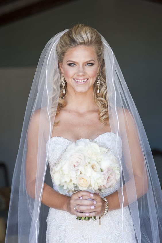36 Beautiful Hairstyles To Rock With Veils – Weddingomania Within Curly Bridal Bun Hairstyles With Veil (View 6 of 25)