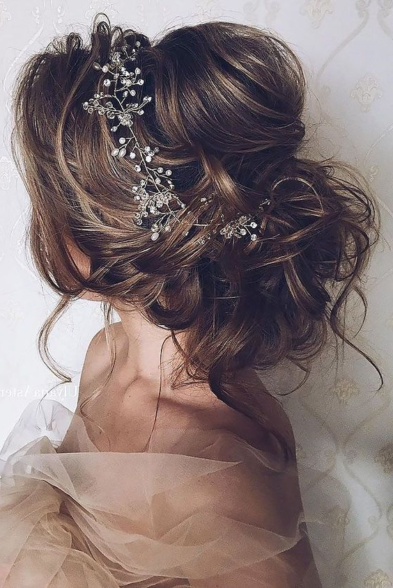 41 Trendy And Chic Messy Wedding Hairstyles – Weddingomania Inside Soft Wedding Updos With Headband (View 8 of 25)