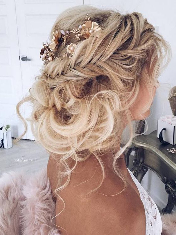 41 Trendy And Chic Messy Wedding Hairstyles – Weddingomania Intended For Bold Blonde Bun Bridal Updos (View 19 of 25)