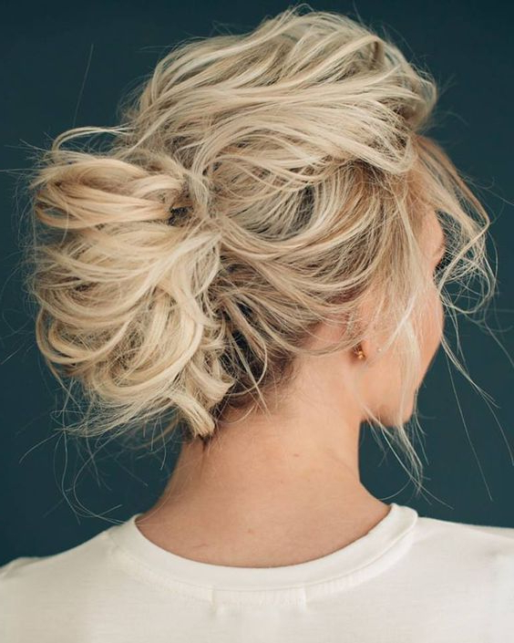 41 Trendy And Chic Messy Wedding Hairstyles – Weddingomania Pertaining To Bold Blonde Bun Bridal Updos (View 12 of 25)