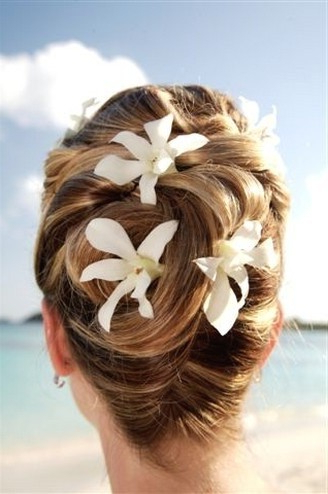 5 Fantastic Beach Wedding Hairstyles With Flower Decorations Pertaining To Elegant Bridal Hairdos For Ombre Hair (View 13 of 25)