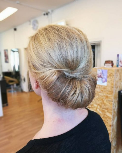 Mother Of The Bride Hairstyles: 25 Elegant Looks For 2019 With Blonde Polished Updos Hairstyles For Wedding (View 15 of 25)