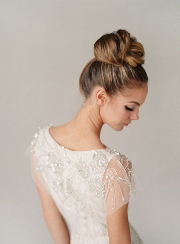 Top 8 Wedding Hairstyles For Bridal Veils With Curly Bridal Bun Hairstyles With Veil (View 14 of 25)