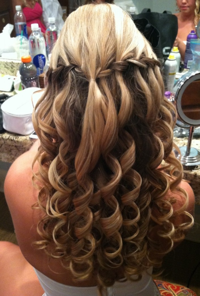 49 Elegant Prom Hairstyles For Curly Hair Women | Hairstylo Inside Elegant Curled Prom Hairstyles (View 14 of 25)