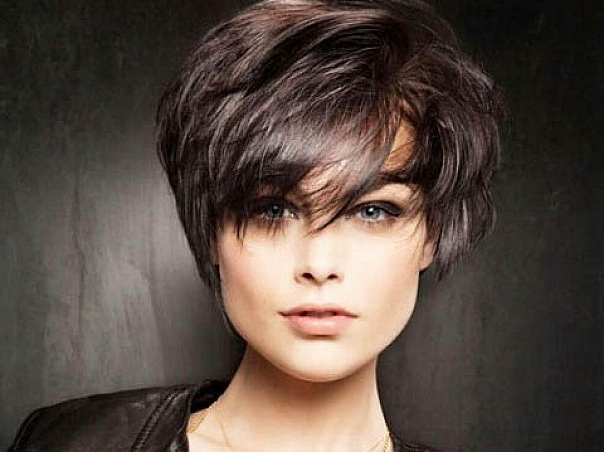 60 Unbeatable Short Hairstyles For Long Faces [2019] Within Long Hairstyles Oval Faces Thick Hair (View 25 of 25)