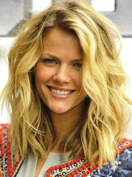 7 Flirty Medium Hairstyles In Vogue Today (View 3 of 25)
