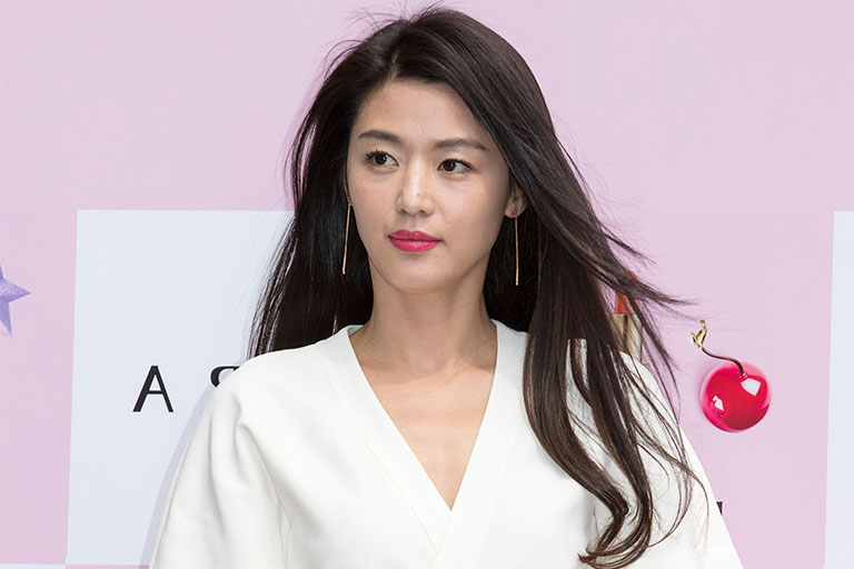 Korean Actresses Who Prove Having Dark Hair Is Amazing – Cleo Singapore With Regard To Long Hairstyles Korean Actress (View 9 of 25)