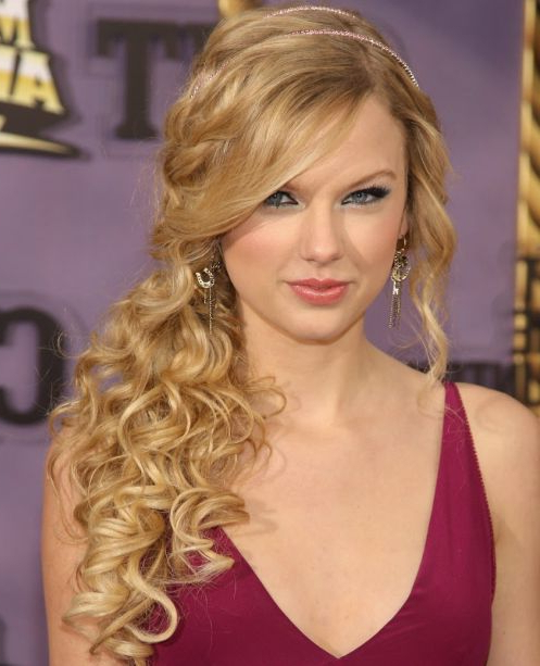 Taylor Swift Long Curly Hair In Side Ponytail For Prom With Regard To Side Ponytail Prom Hairstyles (View 15 of 25)