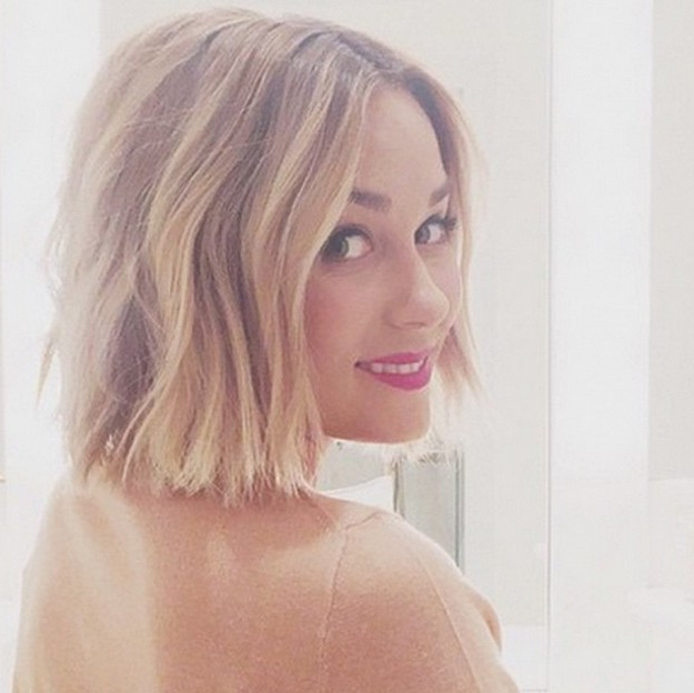 21 Textured Choppy Bob Hairstyles: Short, Shoulder Length Within Blunt Wavy Bob Hairstyles With Center Part (View 24 of 25)