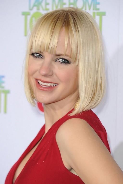 Anna Faris Short Blonde Bob Haircut With Blunt Bangs With Blonde Blunt Haircuts Bob With Bangs (View 22 of 25)