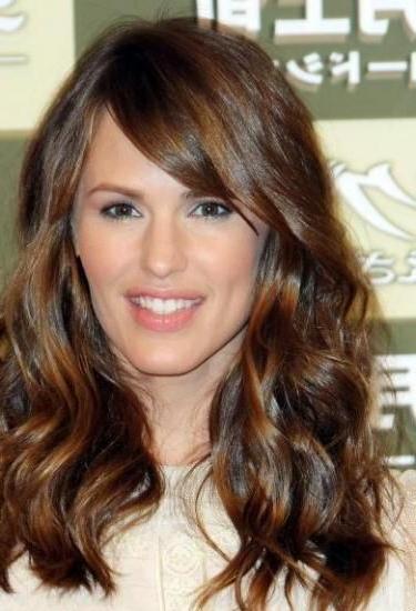 Jennifer Garner Medium To Long Wavy Hair With Side Swept regarding Long Wavy Hairstyles With Side-Swept Bangs