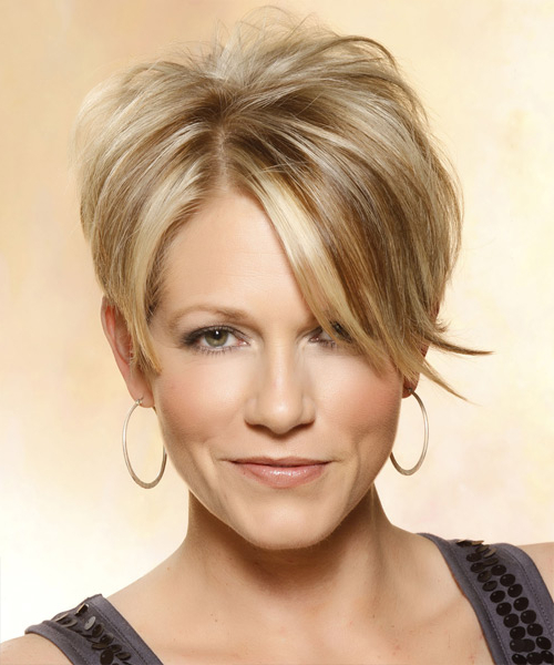 Short Straight Caramel Blonde Hairstyle With Side Swept Pertaining To Current Short Side Swept Pixie Haircuts With Caramel Highlights (View 3 of 25)
