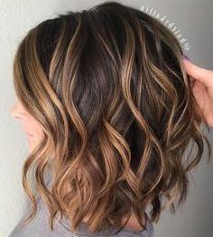 Gewellter Brown Lob Mit Karamell Balayage #Balayage #Brown With Regard To Caramel Blonde Balayage On Inverted Lob Hairstyles (View 3 of 25)